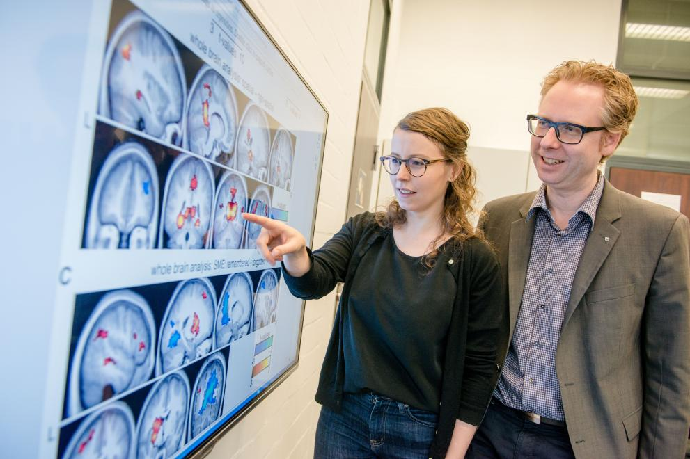Two researcher analyse pictures of the brain